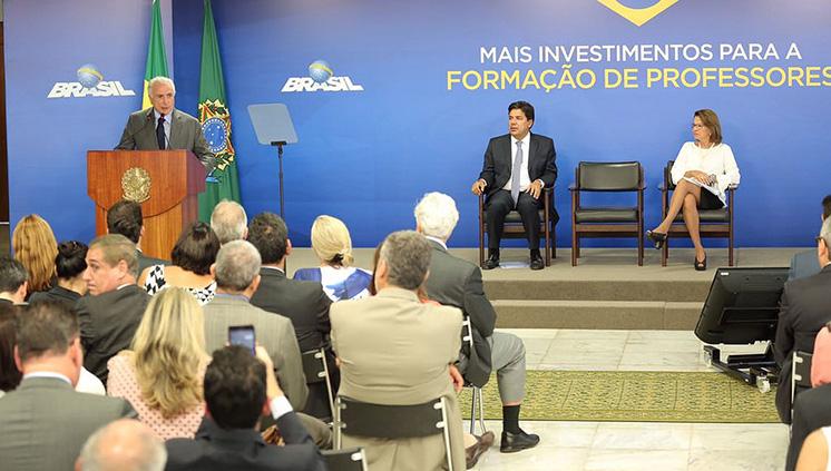 O presidente Temer, o ministro Mendonça Filho e a secretária executiva do MEC, Maria Helena Guimarães de Castro, anunciaram os novos investimentos do governo na educação (Foto: André Nery/MEC)